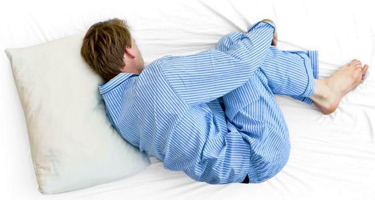 dormir en posición fetal